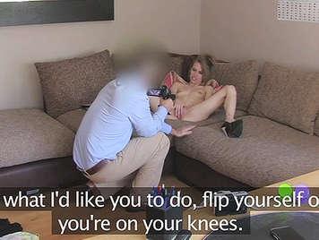 agente di falso scopa duro ad una piccola bionda alla pecorina sul divano