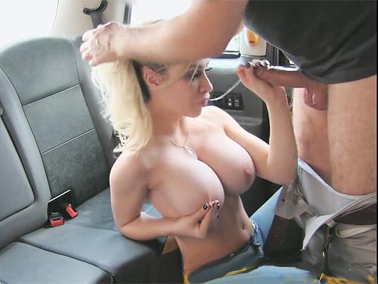 Rubia de grandes tetas mamando verga en un taxi