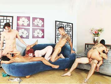 Orgia de sexo anal con solteros corriendose encima de las tetas de sus amigas