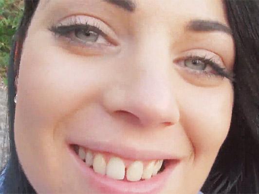 Video porno con una ragazza bruna amatoriale con gli occhi azzurri