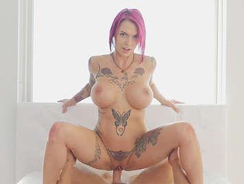 Milf tettona e tatuata cavalcando un cazzo pieno di sperma