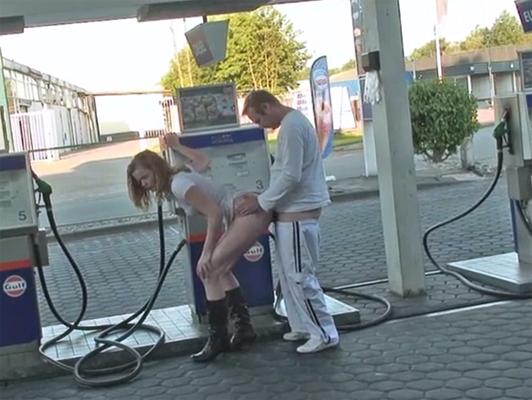 Sexo en publico, pareja follando en la gasolinera