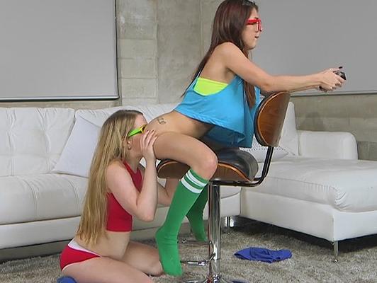 Dos jovenes de 18años jugando a la play y teniendo sexo entre ellas y un amigo.