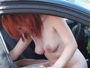 Parejita follando en el coche pillados in fraganti por un miron