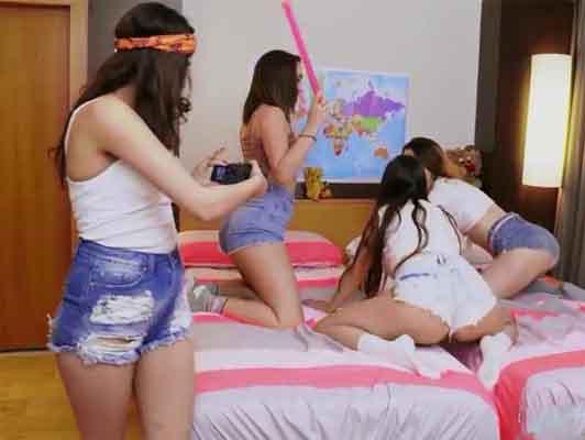 4 ragazze universitarie cornea facendo TWERKING e intralcio ad un giovane rookie