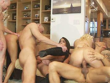 Orgia anal de solteros follando con las tres vecinas adolescentes