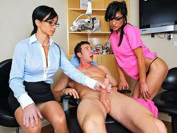 Doctora tetona y su enfermera mamando la polla a un paciente complacido