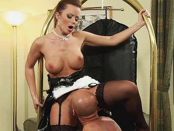 cameriera francese gode di un'ottima sessione di sesso orale