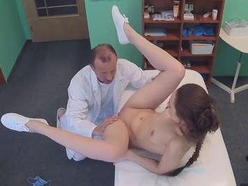Doctor cachondo se folla a su paciente en cámara oculta