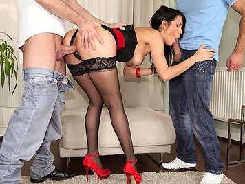Samia Duarte viene scopata tra due ragazzi in tutti i suoi buchi