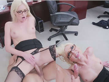 Corrida facial a secretaria rubia de coño depilado follando en el suelo de la oficina