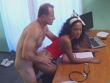 Doctor se folla a su paciente negra en la consulta en cámara oculta