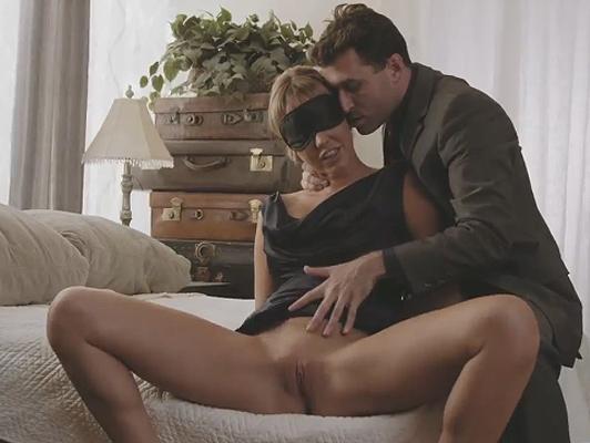 Parejita de amantes practicando juegos sexuales
