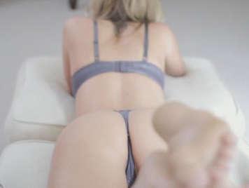 sexo con una seductora rubia tetona en tanga