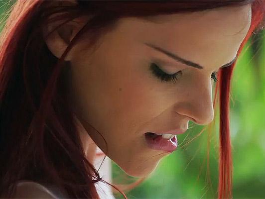 Sesso orale con una ragazza dai capelli rossi con la figa rasata