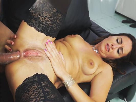 Puttana ragazza italiana amatoriale con un grande figa brutalmente sodomizzata