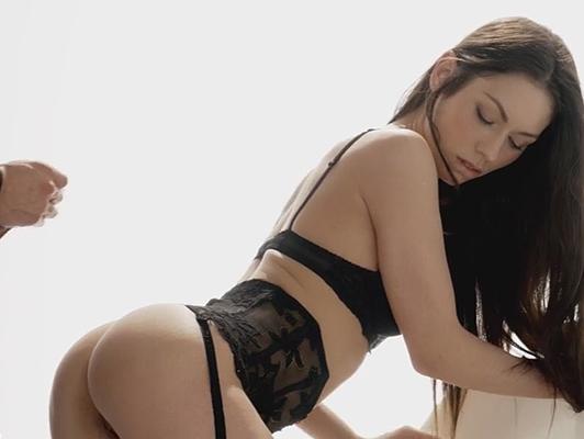 Russo Arwen oro in lingerie sexy e gemiti di piacere mentre Kristof Cale suo masturba