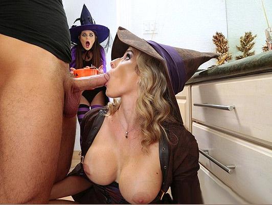 Mamma procace e la sua figlia innocente facendo un pompino sulla festa di Halloween
