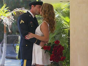 Rubia recibe con una Sensual mamada a su novio que viene de la guerra