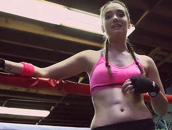 Follando en el ring de boxeo con una jovencita boxeadora