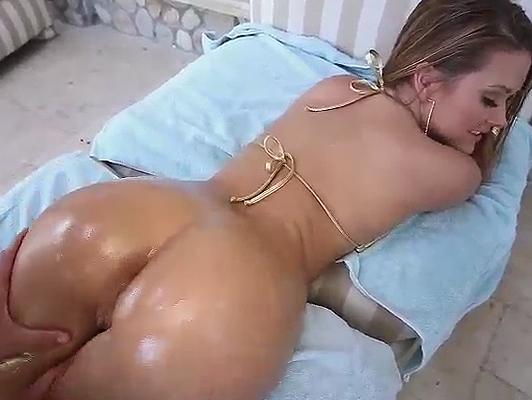 La pornstar Keisha Grey con sus curvas untadas en aceite