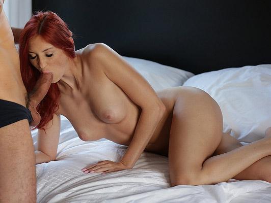 Preciosa pelirroja con tetas naturales mamando verga follando con su amante