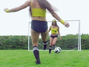 Arbitro de futbol follando con Amirah Adara y Mea Melone en el terreno de juego