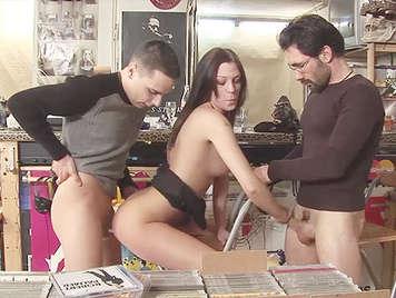 Trio di Sesso anale  in pubblico, una bruna carina sodomizzata da due cazzi enormi in un negozio di musica