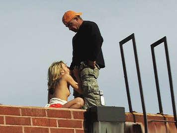 Video voyeur. Pequeña nena rubia chupando y follando una polla en el tejado de un edificio