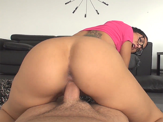 Julia de Lucia con gafas follada en video porno pov