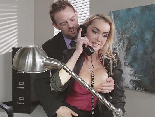 Blonde Sekretärin mit großen Titten saugen Hahn und gefickt im Büro