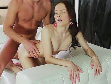 ragazza magra scopata nel culo su un divano con la figa coperta di sperma