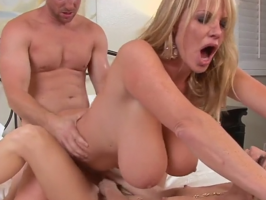 Trio con procace bionda Kelly Madison