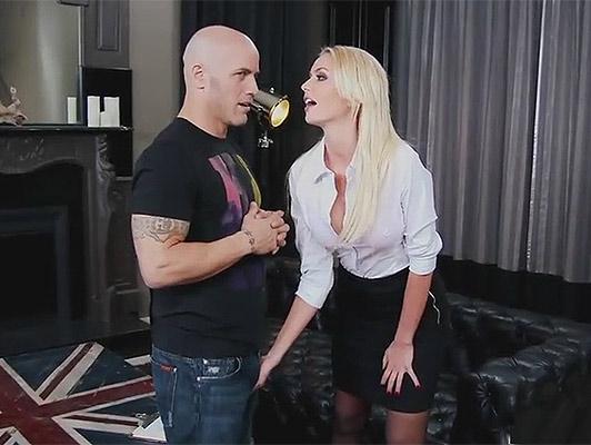 Bionda procace Inglése, puttana di lusso godendo di una buona sessione di sexo duro