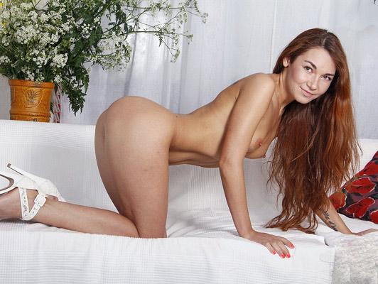 Sexo anal y corrida en el culo de una joven chica pelirroja con un cuerpo de sirena