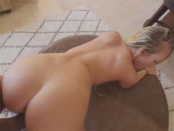 Sexo con una hermanastra pequeña con un gran culo