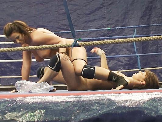 Le ragazze combattono su un anello Fino a quando i due sono completamente nudi