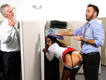 Follando a la hija del jefe una joven secretaria muy puta