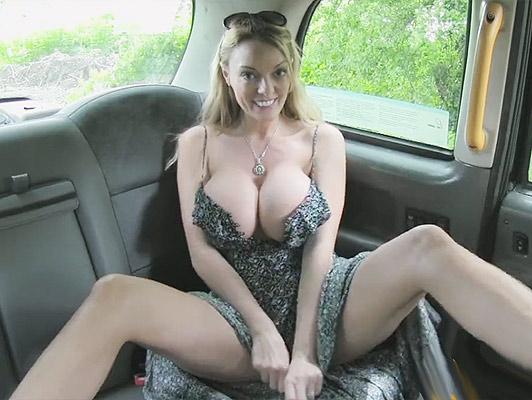 Madura con con una polla entre sus enormes tetas follando duro en un taxi