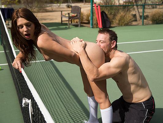 Scopa una piccola studentessa giocatrice di tennis con un asino succosa