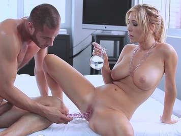 Sex mit einer busty Blondine mit viel Öl verschmiert