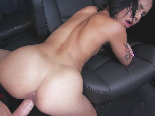 Fucking the juicy pussy of  a brunette with amazing ass tattooed fucked in a car
