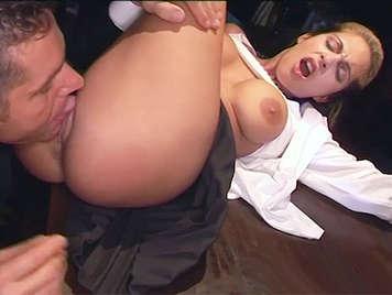 Procace studentessa bionda inculata dal suo insegnante che sborra tra le sue grandi tette