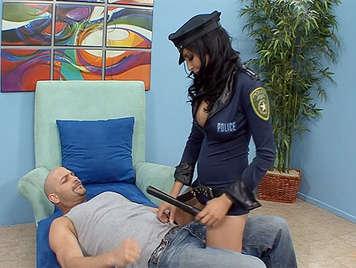 Morena agente de policia tetona abusando sexualmente de ladron