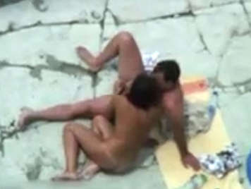 Voyeur graba en video a dos parejas follando en una playa nudista