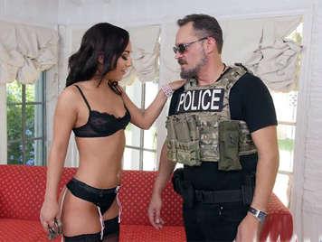 Ama de casa cachonda en lenceria follando con agente de policia