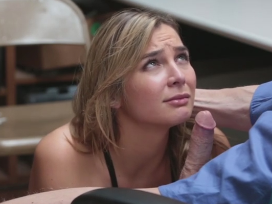 Tendero follando en la trastienda con una clienta jovencita