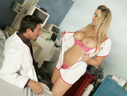 Enfermera rubia con unas espectaculares tetas follando duro con el doctor en el hospital