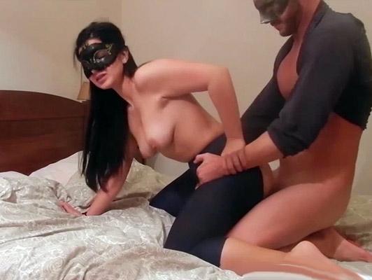 Morena con un culazo increible con una mascara follando en un video porno casero