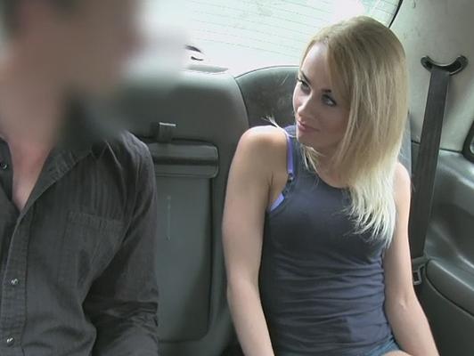 Se la folla dentro del taxi